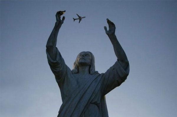 Statue Juggling Plane